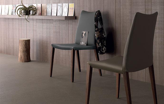 Chaise en cuir avec pied en bois FLORA de chez COMPAR