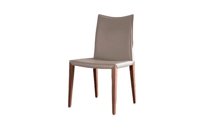 Chaise en cuir avec pied en bois FLORA de chez COMPAR - Argile