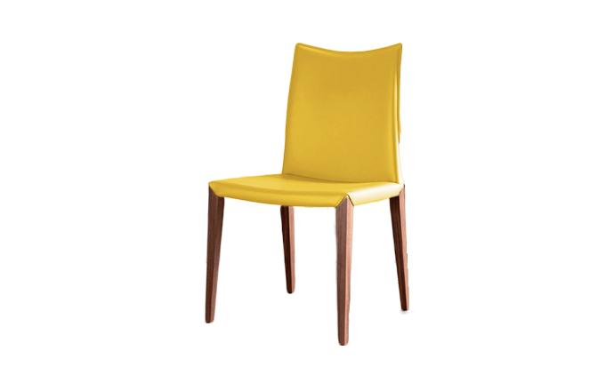 Chaise en cuir avec pied en bois flora compar home center for Chaise avec pied bois