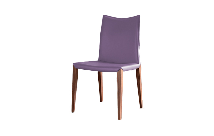 Chaise en cuir avec pied en bois FLORA de chez COMPAR - Lavande
