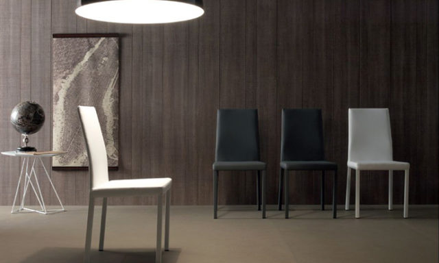 Chaise en cuir ROSA de chez COMPAR