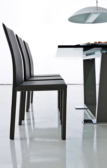 chaise metal recouverte en cuir romina compar home center. Black Bedroom Furniture Sets. Home Design Ideas
